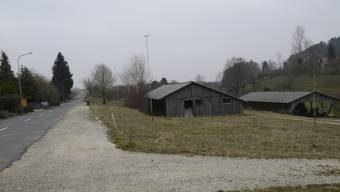 Die Profile zeigen, wo die neue Gewerbehalle in Mühledorf dereinst stehen soll.