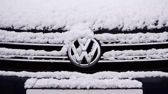2015 war VW unter den Neuzulassungen die beliebteste Marke der Schweizer. Der Abgasskandal, der im September ans Licht kam, wird wohl erst im laufenden Jahr voll zu Buche schlagen. (Symbolbild)