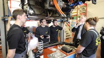 An der GiBL bauen Schüler unter Mithilfe der EBL und anderen mit Benno Stöcklin einen Smart Roadster zum Elektroauto um.