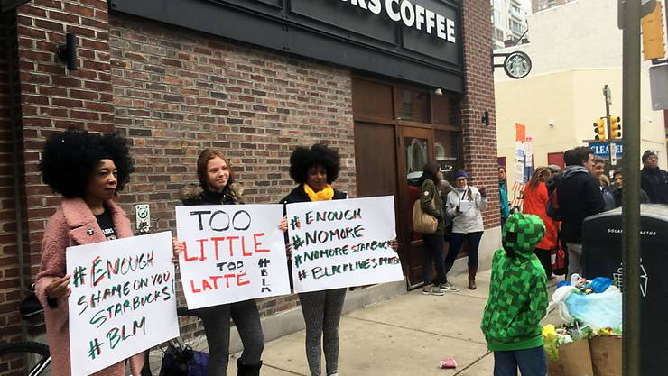 Protest vor dem Starbucks-Café, wo die zwei Schwarzen festgenommen wurden.