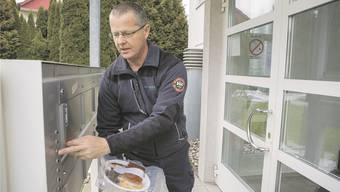 Leiter «WendeMobil» Muhen, Heiri Zaugg, bringt das Essen. Frédéric Giger