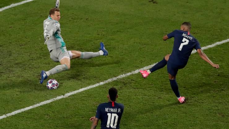 Der Pariser Kylian Mbappé (r) scheitert am Bayern-Torwart Manuel Neuer.