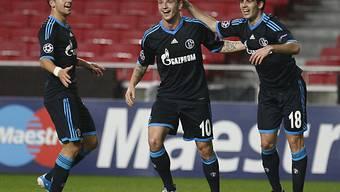 Rakitic (m.) und Schmitz (l.) gratulieren Schalkes Torschützen zum 1:0, Jose Manuel Jurado.