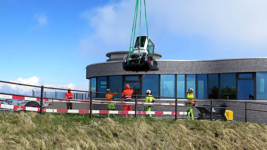 Im Mai 2020 wurde die coronabedingte Betriebsschliessung genutzt um Baumaschinen auf den Berg zu fliegen.