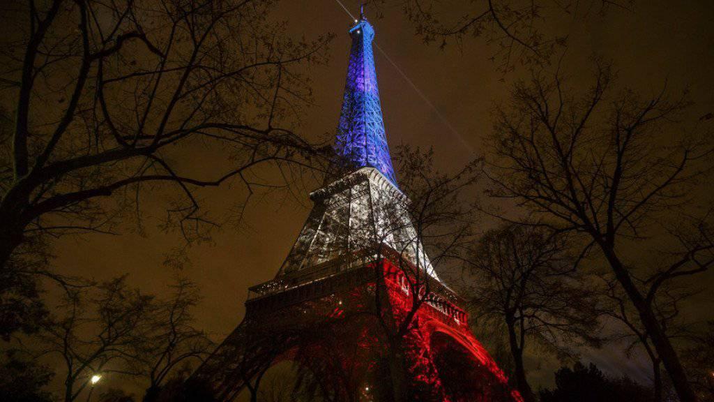 Im Gedenken an die 130 Todesopfer der Anschläge vom 13. November lässt Paris den Eiffelturm als Tricolore erstrahlen.