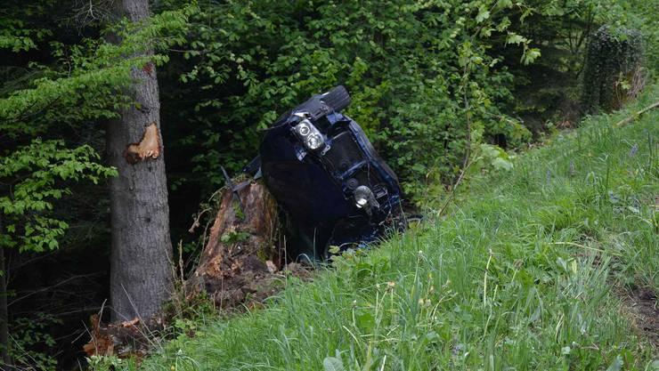 Der 20-jährige Fahrer verletzte sich dabei leicht und musste ins Spital gebracht werden.
