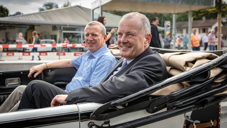 Regierungsrat Stephan Attiger und Ammann Niklaus Boss werden vom Trostburg-Besitzer Ernst Brunner chauffiert.