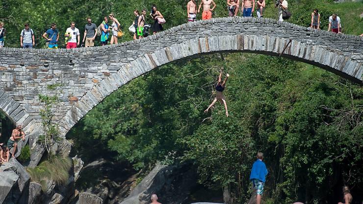 Die Römerbrücke bei Lavertezzo ist ein beliebter Badeort. Das Schwimmen im Fluss hat aber seine Tücken und fordert immer wieder Todesopfer. (Archiv)