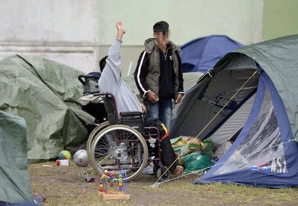 Zahlreiche Flüchtlinge in der österreichischen Unterkunft Traiskirchen müssen draussen schlafen