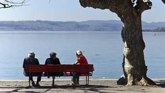 Rentnerinnen und Rentner geniessen die Aussicht auf den See. (Symbolbild)