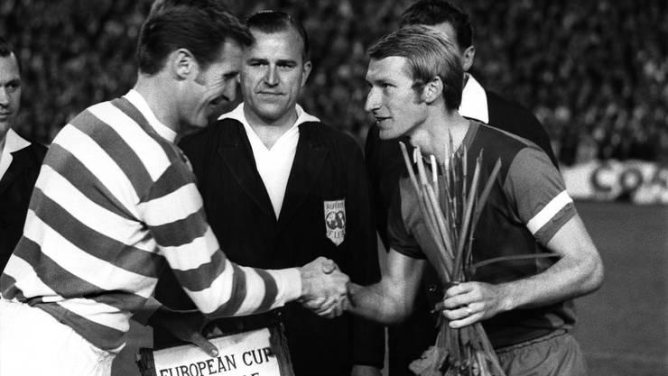 FCB-Captain Karl Odermatt und der Celtic-Captain McNeill bei der Platzwahl