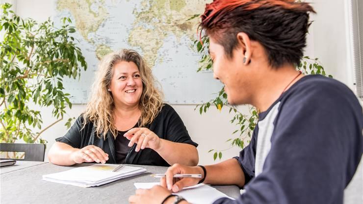 Andrea Schönauer im Gespräch mit einem Migranten.