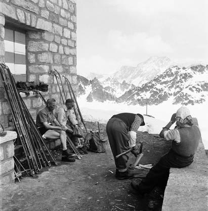 Ein warmer Skitouren-Tag im Winter 1946: Vor der Cabane des Dix
