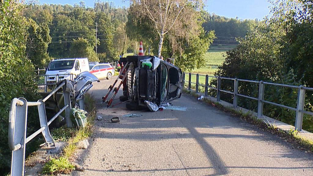 Elgg (ZH): Auto kracht in Brückengeländer und landet auf dem Dach