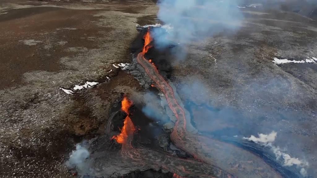 Naturspektakel auf lavasprudelnden Krater
