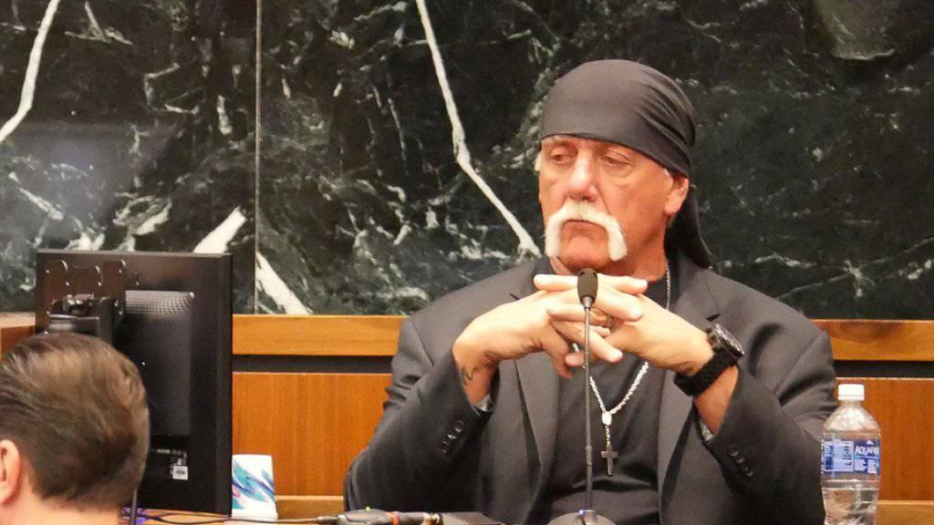 """Terry Bollea alias Hulk Hogan am Montag vor Gericht. Verhandelt wird seine Schadenersatzklage gegen die Internetplattform """"Gawker"""", die einen privaten Sexfilm mit ihm verbreitet hat."""