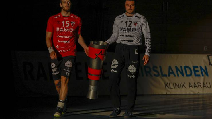 Vor der Partie präsentierten HSC-Captain Tim Aufdenblatten (l.) und Co-Captain Dario Ferrante den Fans den Supercup-Pokal.