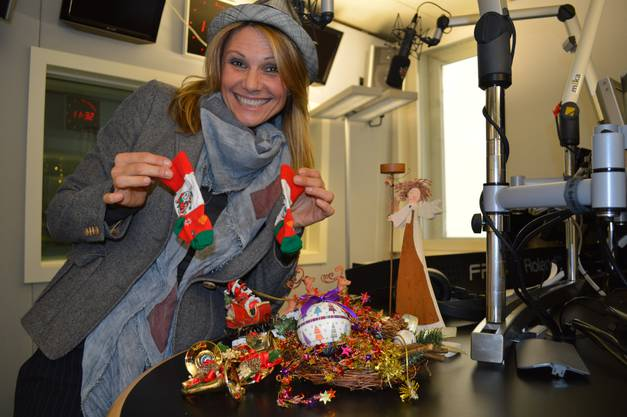 Luisa Rossi im Radio 24 Studio mit Weihnachtsdeko, 2012