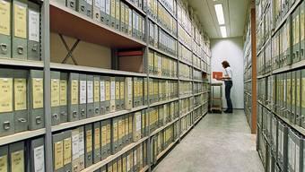 Akten, Akten, Akten: Anders als wie im Bild das kantonale Steueramt im Jahr 2004 setzt die Dietiker Stadtverwaltung statt auf Papier-Ablagen zusehends auf digitalisierte Dokumente.