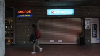 Die Zettel verweisen auf den Kiosk im Bahnhofuntergrund.