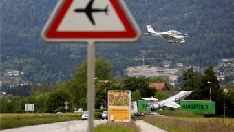 Anflug auf Flughafen Grenchen. Die Flugzeuge kommen nah an die Autos auf dem Autobahnzubringer heran.