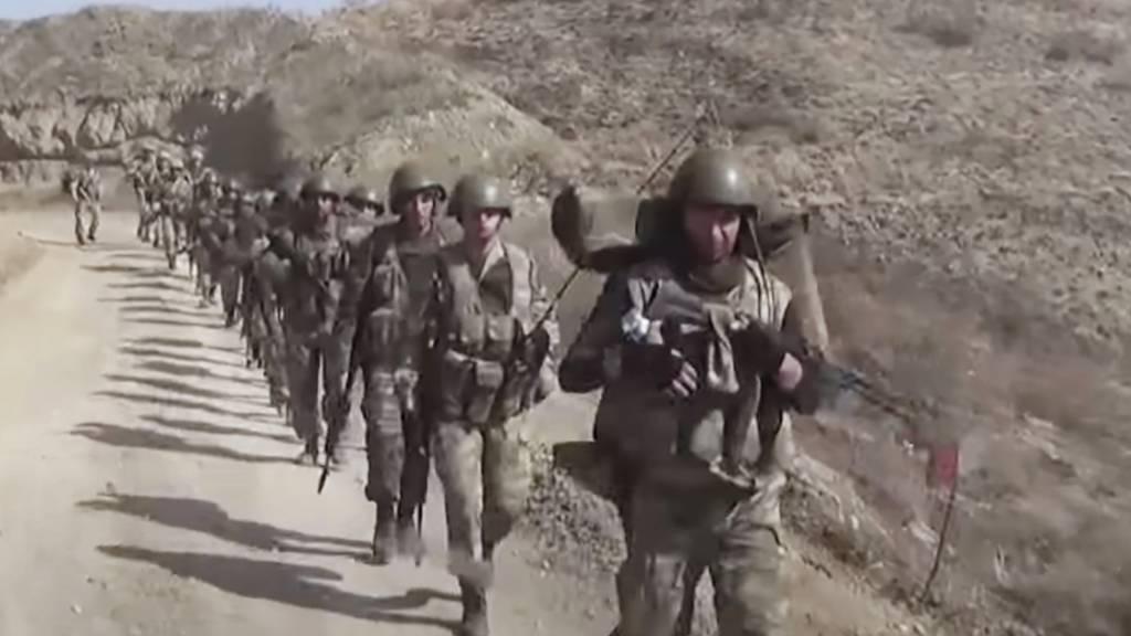 HANDOUT - Aserbaidschanische Soldaten in der Region Berg-Karabach. Foto: --/Azerbaijan's Defense Ministry/AP/dpa - ACHTUNG: Nur zur redaktionellen Verwendung im Zusammenhang mit der aktuellen Berichterstattung und nur mit vollständiger Nennung des vorstehenden Credits
