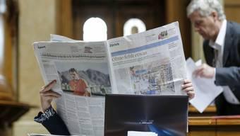 Eine Parlamentarierin liest während der Session Zeitung.