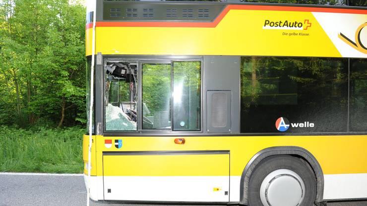 Ein Sattelschlepper rammte ein nach Boningen fahrendes Postauto, dessen Fahrer wurde verletzt.