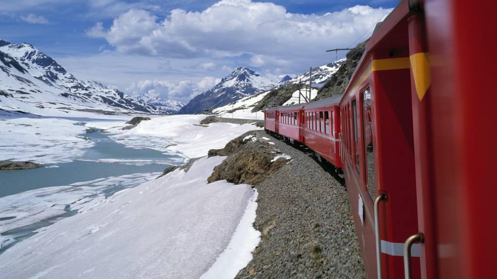 Keine Durchfahrt: Wegen starken Schneefalls ist die Berninalinie der Rhätischen Bahn (RhB) zwischen Pontresina GR und Poschiavo GR am Sonntagmorgen gesperrt worden. (Archivbild)