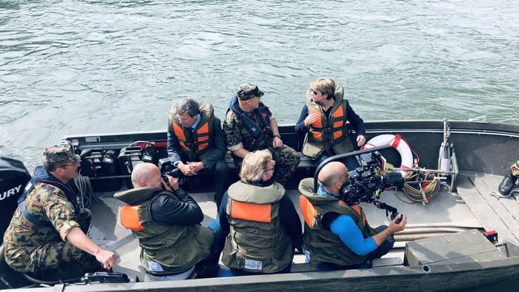 Sappeure und Rammpontoniere zeigen der Bundesrätin ihr Können. Dabei scheute sich Viola Amherd nicht, auf eine Tour auf dem Fluss ins Boot zu steigen.