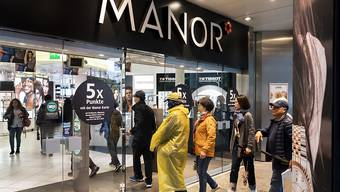 Der in Schwierigkeiten steckende Detailhändler Manor setzt zu einer Restrukturierung an: Mehrere Läden werden geschlossen. Dutzende Mitarbeiter und Kaderleute sind betroffen. Verstärkt werden soll demgegenüber das Online Geschäft. (Archiv)