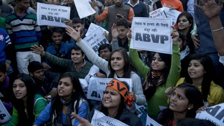 Proteste gegen die Entlassung eines Jugendlichen, der an der Gruppenvergewaltigung einer Studentin in Delhi vor drei Jahren beteiligt war. (Archiv)