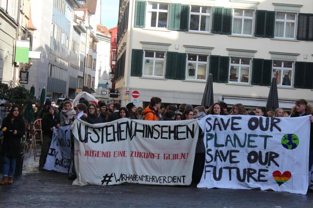 Die Klimastreiker versammelten sich am Paul-Grüninger-Platz. (© FM1Today/Tobias Bruggmann)