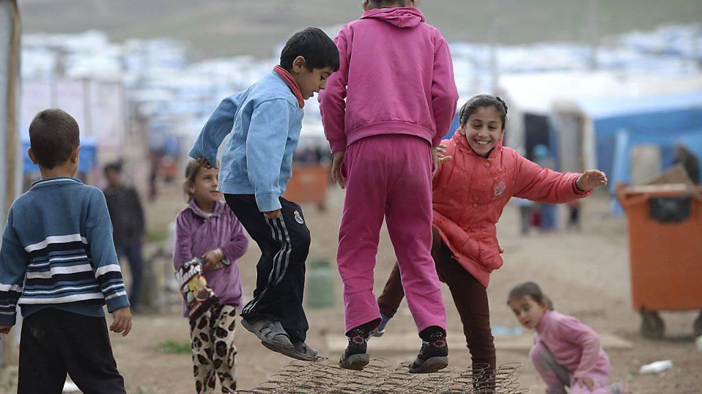 Mit den steigenden Flüchtlingszahlen wächst auch die Zahl der Sozialhilfebezüger in der Schweiz stark an. Ein grosser Teil der unterstützten Menschen sind Kinder und Jugendliche. (Symbolbild)