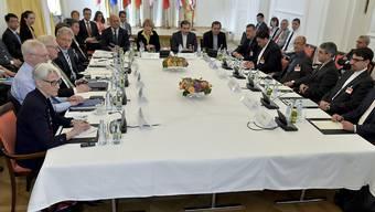 Die Delegationen diskutieren am Verhandlungstisch in Wien über das iranische Atomprogramm