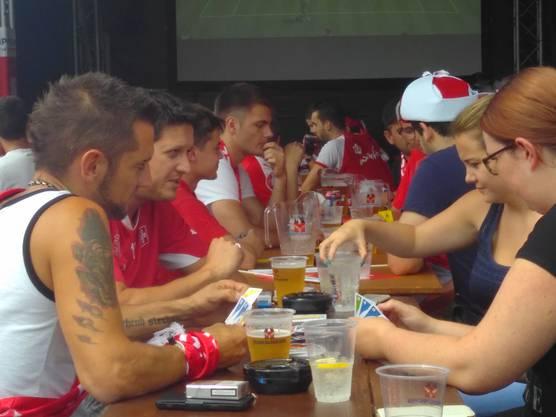 Vor dem Spiel vertrieben sich die Fans im «Wave» die Zeit mit Kartenspielen.