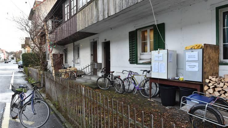 An der Rosengasse 16 in Olten stehen die zwei Gemeinschaftskühlschränke des Projekts «Restessbar» im Vorgarten eines Reihenhauses.