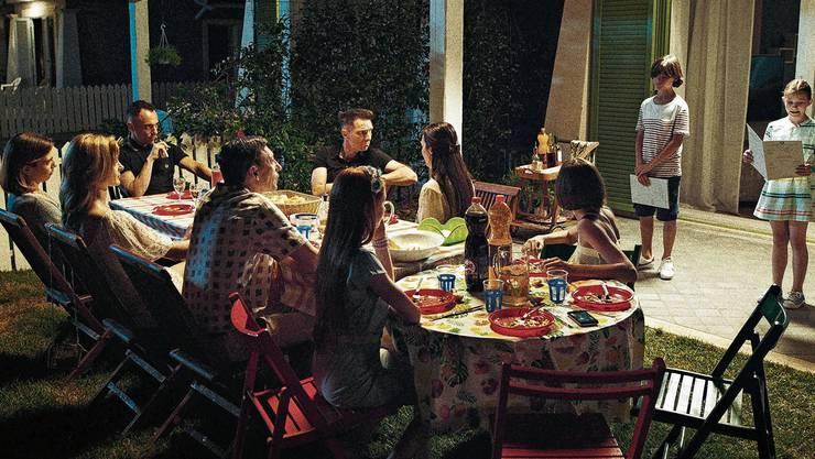 Italienische Geselligkeit? Die Zusammenkünfte der Familien in «Favolacce» sind eher geprägt von Zwängen. Im Bild müssen die Kinder ihre Bestnoten vorlesen.