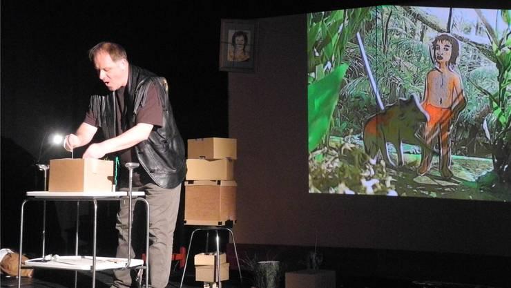 Die Handlung, die in einer Kartonschachtel stattfindet, wird im Fabrikpalast auf eine Leinwand projiziert. ZVG