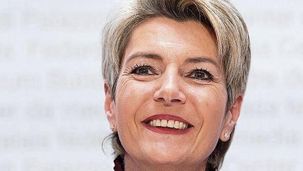 Karin Keller-Sutter, 55, liest Bücher gedruckt. Bei den Zeitungen ist sie auf online umgestiegen.