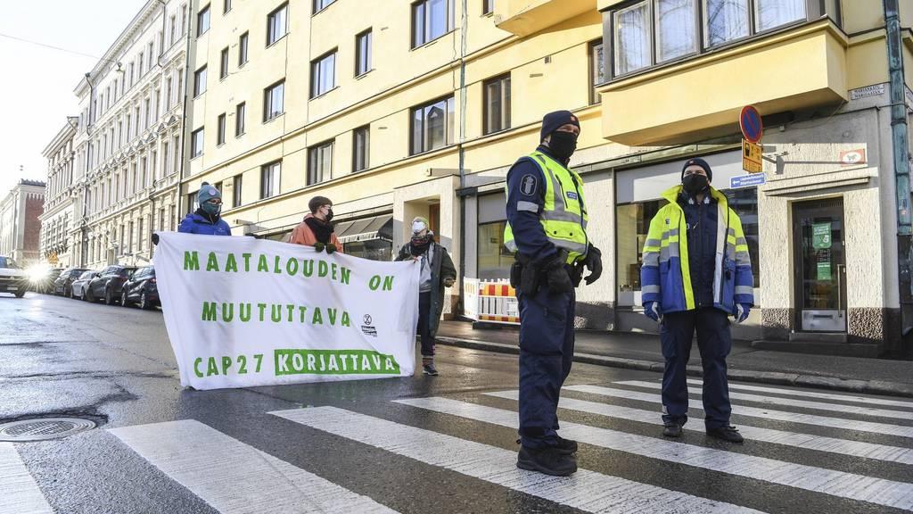 Nein, das sind keine protestierenden «Corona-Skeptiker»: Eine Kundgebung von Extinction Rebellion Finland am 18. November 2020 zum Thema Klimaschutz und EU-Landwirtschaftspolitik