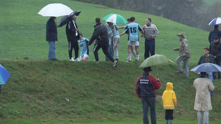 Oktober 2006: Spielabbruch in Birmensdorf – Spieler des FC Kosova verfolgen den Schiedsrichter über den Wall.