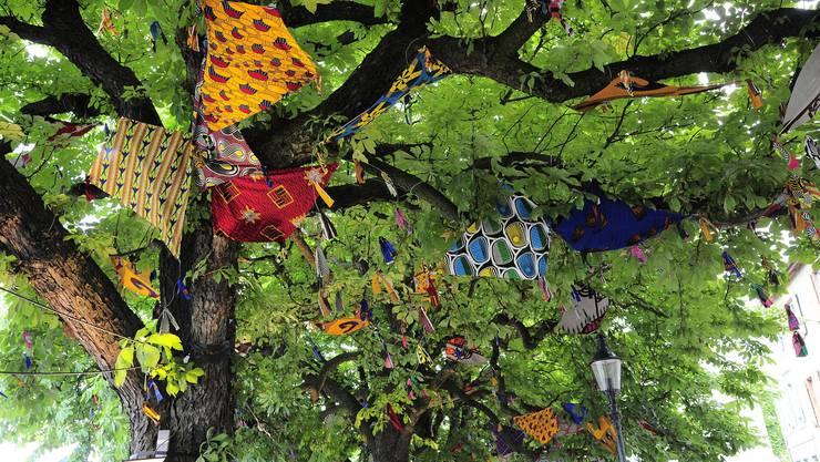 «500 Kites» (2011) eine Installation von Yinka Shonibare hängt in den Baäumen am St
