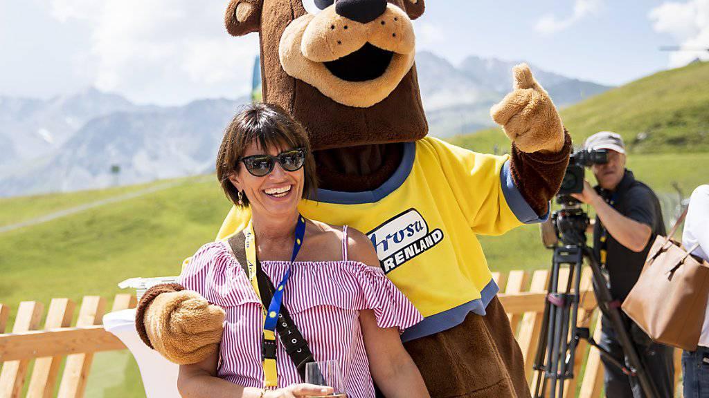 Bundesrätin Doris Leuthard mit dem Maskottchen des Bärenparks während der Eröffnungsfeier in Arosa.
