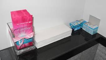 Neben Tampons und Binden soll auch geprüft werden, ob Menstruationstassen abgegeben werden können.