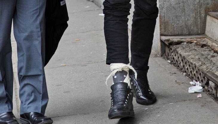 Beim Verlassen der Polizeistation ist der bandagierte Knöchel von Thabo Sefolosha deutlich zu erkennen.