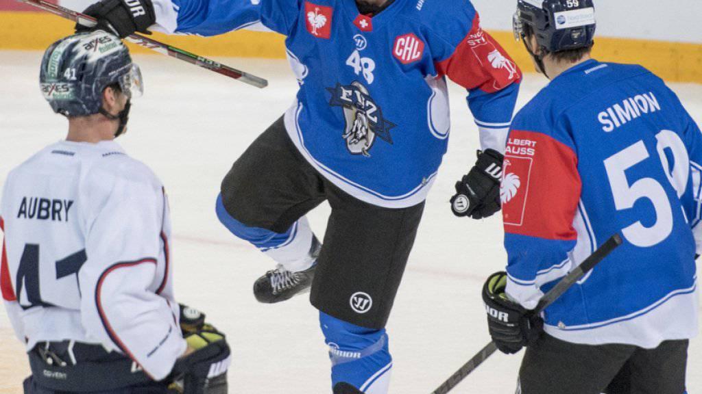 Carl Klingberg (Mitte) erzielte für Zug den Ausgleich zum 2:2