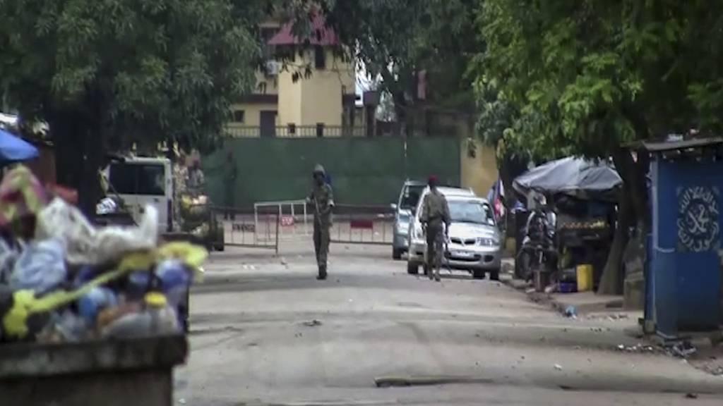 Das Videostandbild zeigt nicht identifizierte Soldaten in der Nähe des Präsidentenpalastes. Nach einem mutmaßlichen Putschversuch ist die Lage in Guinea unklar. Foto: Uncredited/AP/dpa