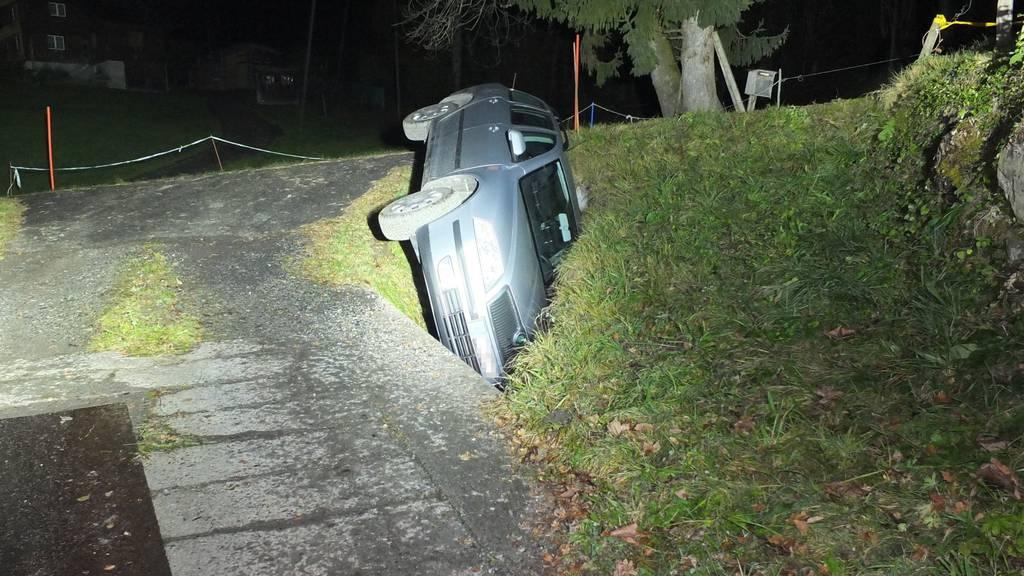 In Gams ist jemand mit seinem Auto in einen Bach gerutscht.