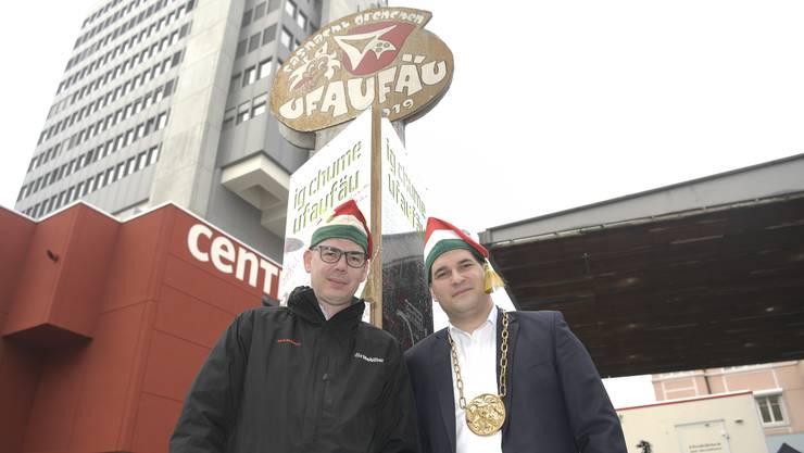 Obernarr Diego Kummer (rechts) und sein designierter Nachfolger Patrik Meier beim Fasnachtsdenkmal.